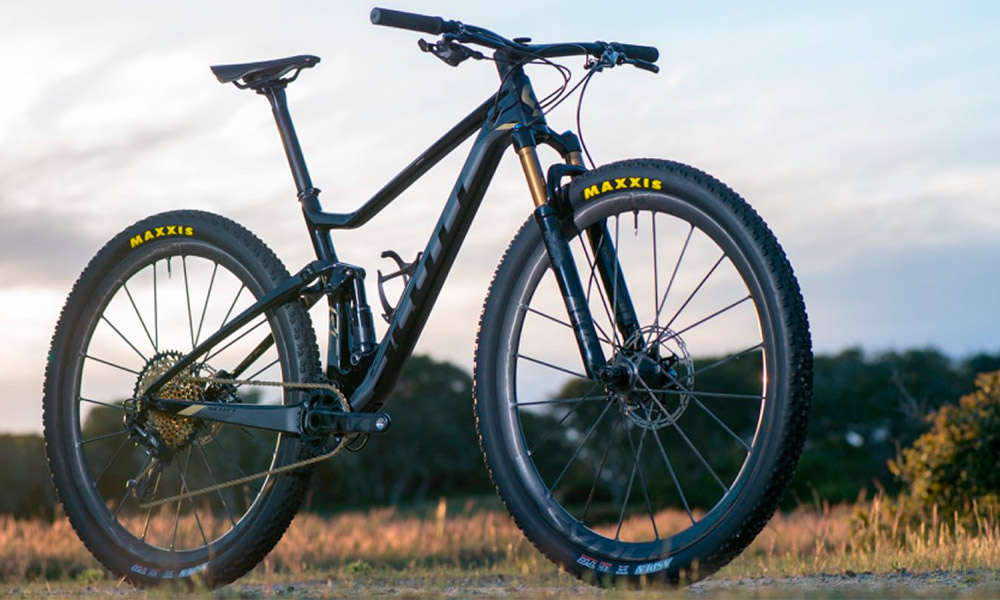 1.250 gramos y una estructura de carbono de una pieza, las impresionantes ruedas Syncros Silverton SL